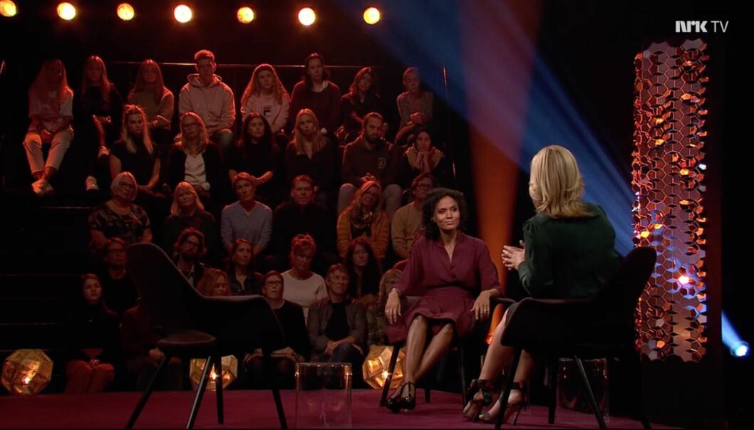 Anne Lindmo og Haddy Njie i samtale på talkshowet Lindmo. Skjermdump NRK TV