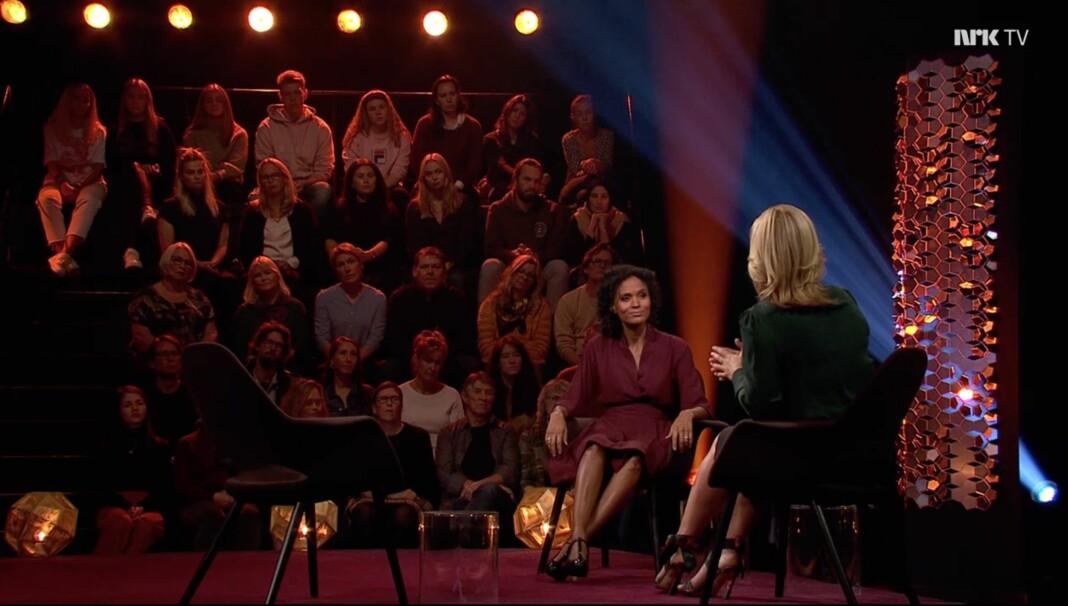 Fredagens utgave av talkshowet Lindmo hadde Haddy Njie som kveldens siste gjest. Skjermdump NRK TV