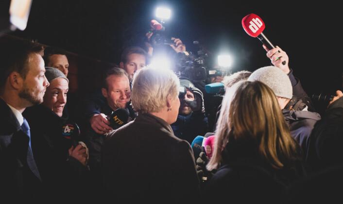 06.26: Norsk presse stiller spørsmål til Siv Jensen utenfor hennes hjem på Ekeberg.