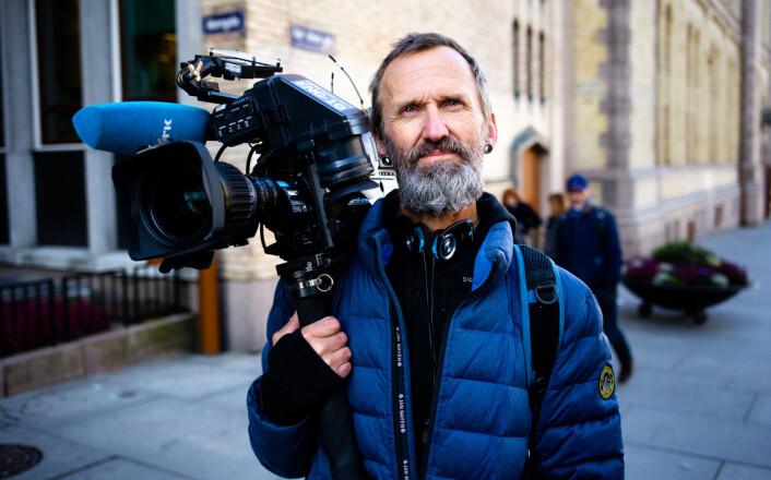 10.01: Trond Stenersen viser frem kameraet utenfor Stortinget etter å ha vært på jobb siden tidlig morgen.