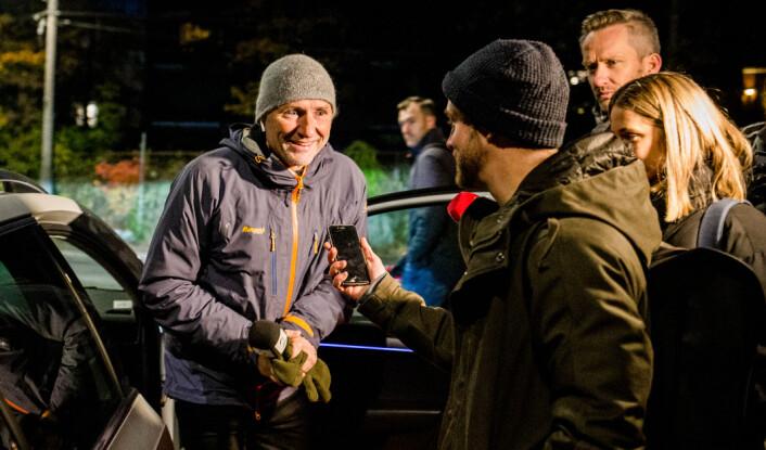 06.30: TV 2s Finn-Ove Hågensen blir omringet av reporterne fra NRK Satiriks.