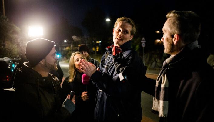 06.33: NTBs Edvard Stenersen blir stilt til veggs av NRK Satiriks.