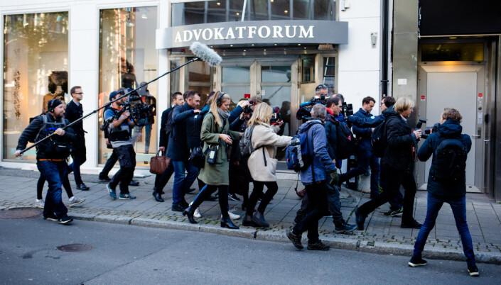 09.48: Norsk presse samler seg i flokk rundt Siv Jensen. Mange forbipasserende må lete lenge i mengden før de skjønner hva som skaper alt oppstyret.
