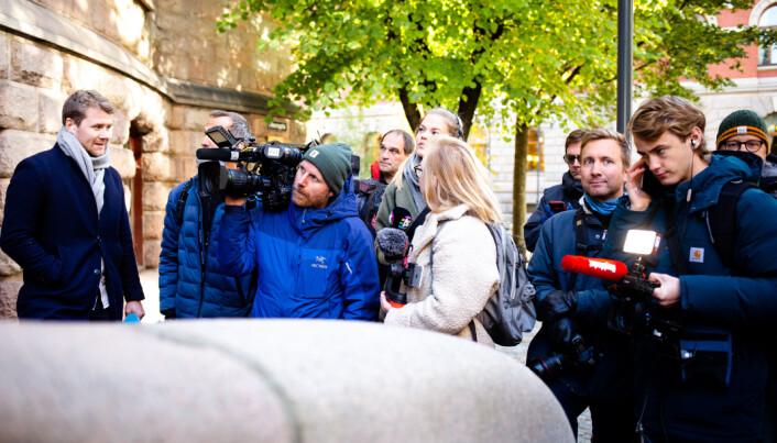 09.41: Fotografer og journalister venter på Siv Jensen utenfor Finansdepartementet.