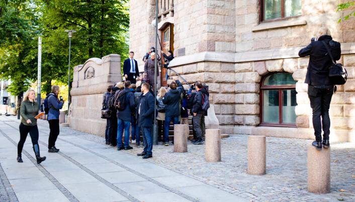 09.45: Siv Jensen kommer ut døren. Fotografene går høyt og lavt. Klassekampens Tom Henning Bratlie stiller seg på pålen, en vanlig teknikk blant fotografer som vandrer i Akersgata. Samtidig har VGs Terje Bringedal stilt seg høyt oppe i etasjene i VG-bygget og får et helt annet perspektiv.