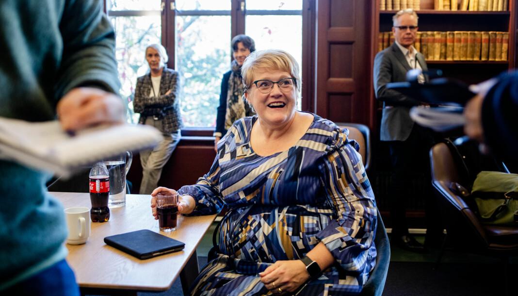 Trine Skei Grande stiller opp på én-til-én-intervjuer, mens cirka 30 personer observerer og står i kø for sitt intervju, inne på Nasjonalbiblioteket i Oslo. Foto: Eskil Wie Furunes