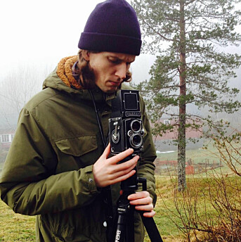 Elias Dahlen, her med det analoge mellomformatkameraet Rolleiflex. Foto: Privat