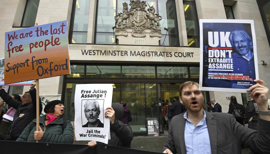 Demonstranter som støtter WikiLeaks-grunnleger Julian Assange hadde møtt opp utenfor domstolen i London mandag. Foto: Kirsty O'Connor /PA via AP / NTB scanpix