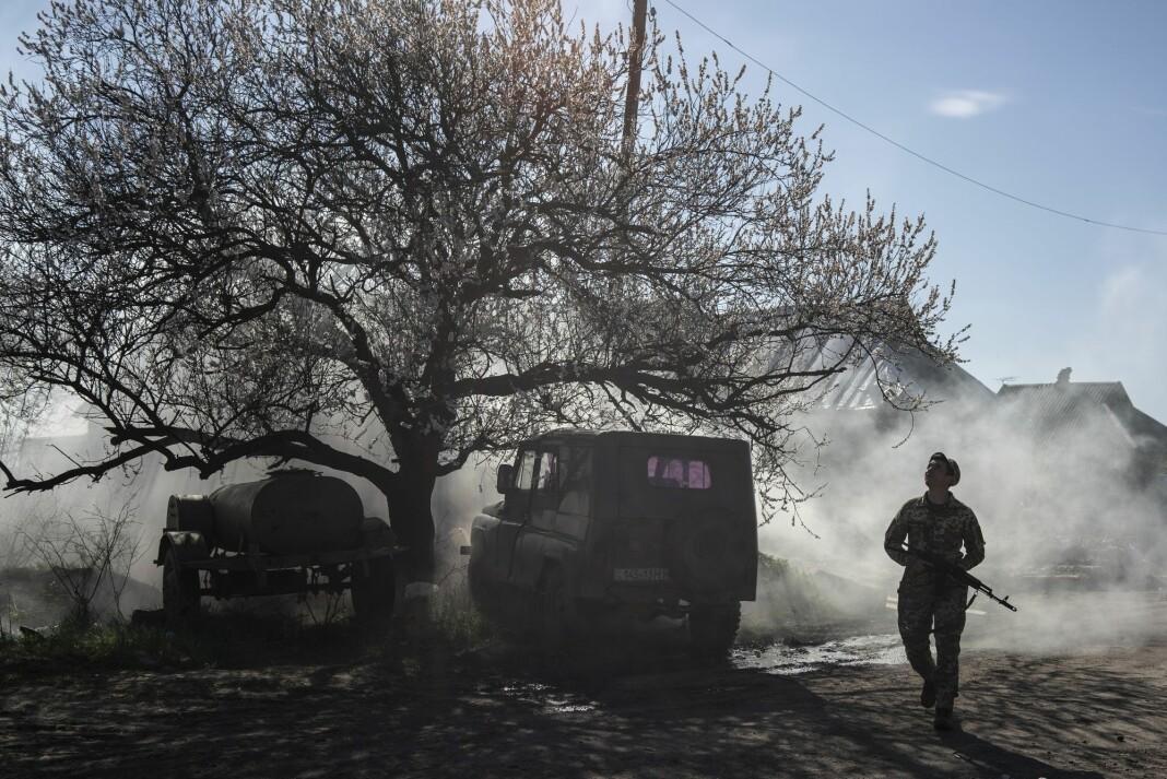 En ukrainsk soldat på vakt nær frontlinjen ved Marinka i Donetsk-regionen, der russiskstøttede separatister har erklært en egen republikk. Foto: Evgeniy Maloletka / AP / NTB scanpix