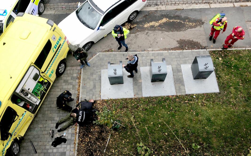 Her blir pågripelsen av ambulansekapreren foreviget fra hjemmet til Aftenposten-journalisten. Foto: Cathrine Hellesøy Harrisson / Aftenposten (med tillatelse)