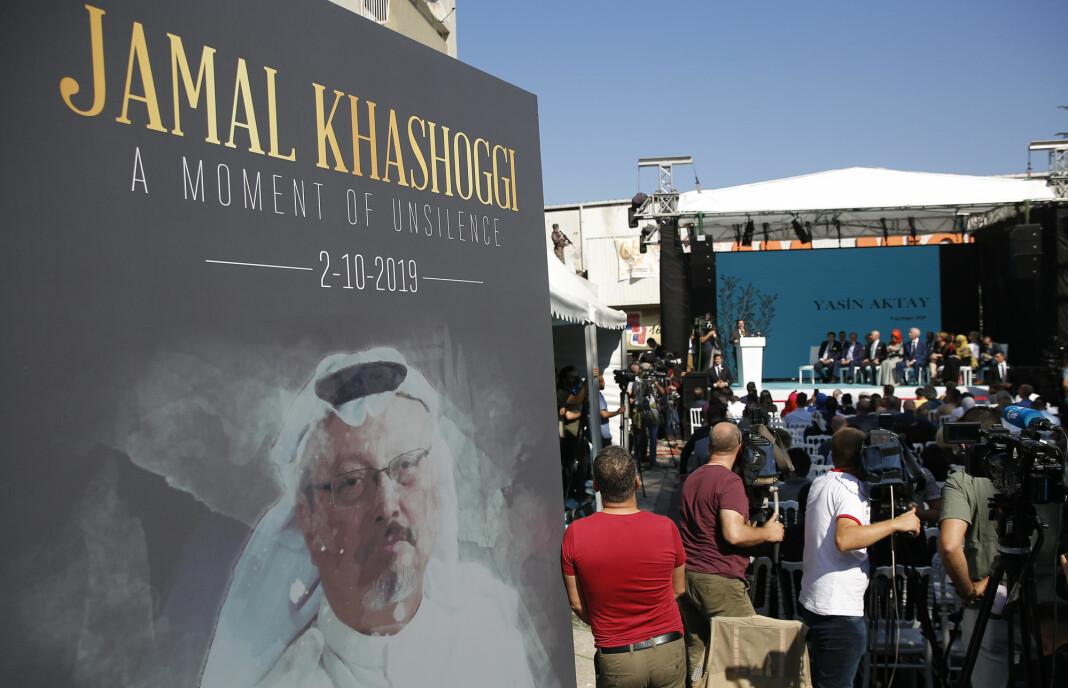 Et bilde av Jamal Khashoggi under en seremoni nær det saudiarabiske konsulatet i Istanbul der den regimekritiske journalisten ble drept. Seremonien fra 2. oktober markerer at det er ett år siden han ble drept. Foto: AP / NTB scanpix