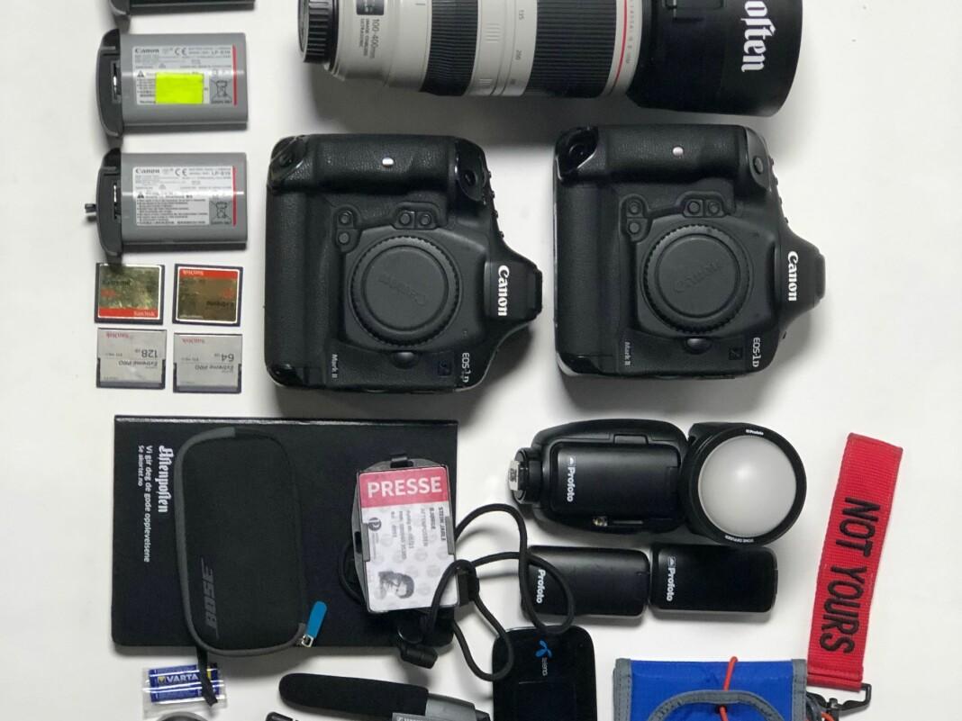 Aftenposten-fotograf Stein J. Bjørge tar ingen sjanser. I tillegg til dette utstyret har han alltid et ekstra kamera med objektiver i en isolert og vann-og støtsikker boks, som ligger i bilen. Foto: Stein J. Bjørge