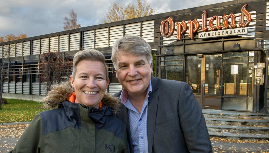 Anita Gjøs sammen med Oppland Arbeiderblads ansvarlig redaktør Erik Sønstelie. Foto: Brynjar Eidstuen / Oppland Arbeiderblad
