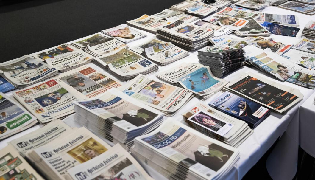 Bord fullt med lokalaviser under landsmøtet til Landslaget for lokalaviser (LLA) i Drammen i mars. Lokalavisene skriver mer om sport enn politikk, ifølge en studie. Foto: Berit Roald / NTB scanpix