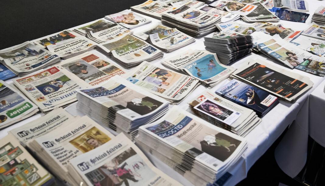Bord fullt med lokalaviser under landsmøtet til Landslaget for lokalaviser (LLA) i Drammen i mars. Foto: Berit Roald / NTB scanpix