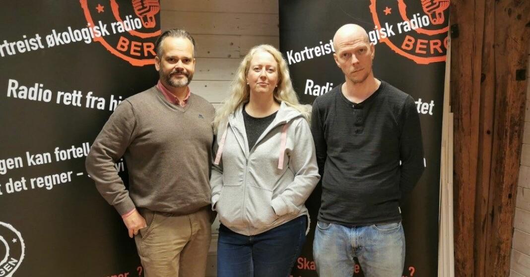 Daglig leder Morten Hiorth Aarra (t.v.), programleder Gunvor Roti Dal og programsjef Petter Lavern i 5000 Bergen. Foto: Privat
