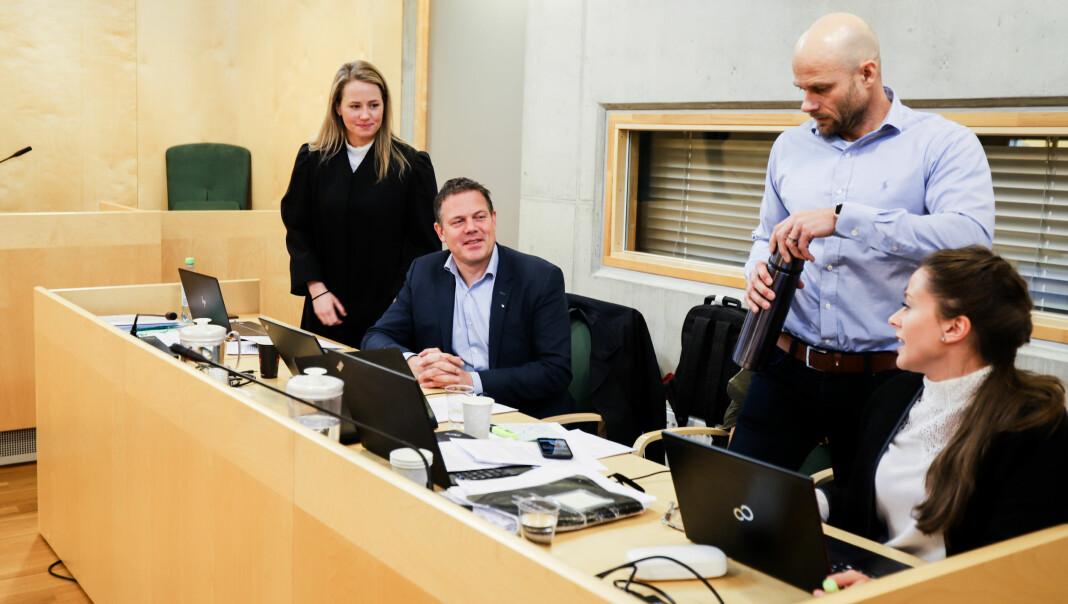 Fra venstre: Advokat Mathilde Wilhelmsen, Raumnes-redaktør Fred Gjestad, tidligere Raumnes-journalist Thomas Frigård og trainee Lise Marit Nyerrød i advokatfirmaet Lund og Co. Foto: Nils Martin Silvola
