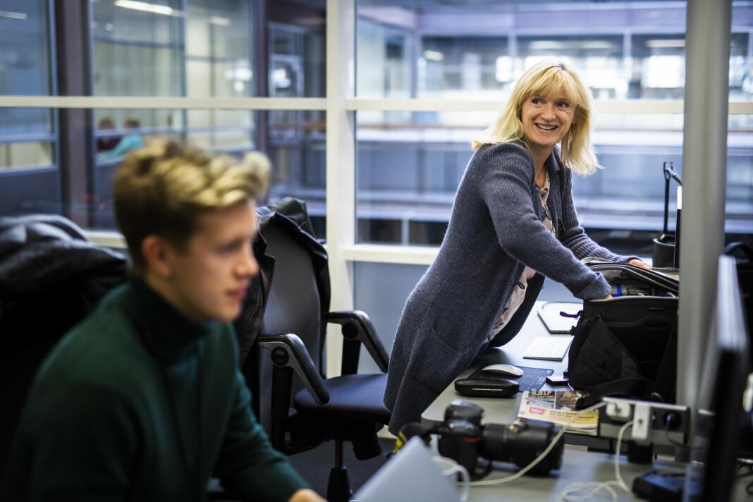 VG-fotograf Line Møller har følt seg godt ivaretatt gjennom snart 30 år i avisa, men tror også jobben har gjort henne litt hardhuda. Hun sitter ved siden av nåværende praktikant Ola Vatn (foran). Foto: Kristine Lindebø