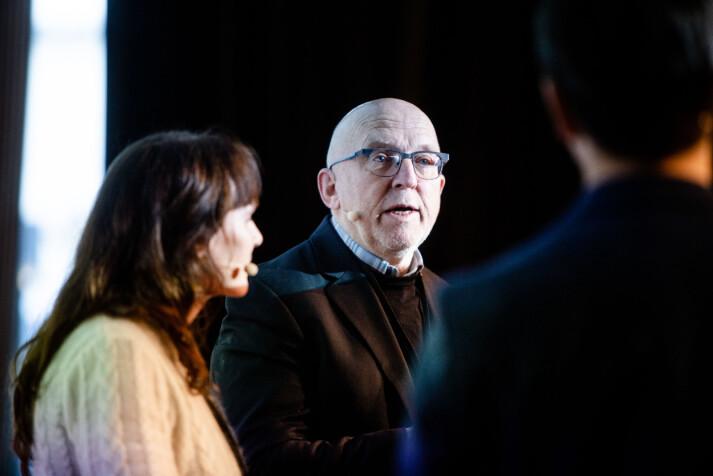 Utvalgsleder Sven Egil Omdal under debatt om Kildeutvalgets rapport på redaktørforeningens høstmøte i Tromsø. Foto: Eskil Wie Furunes