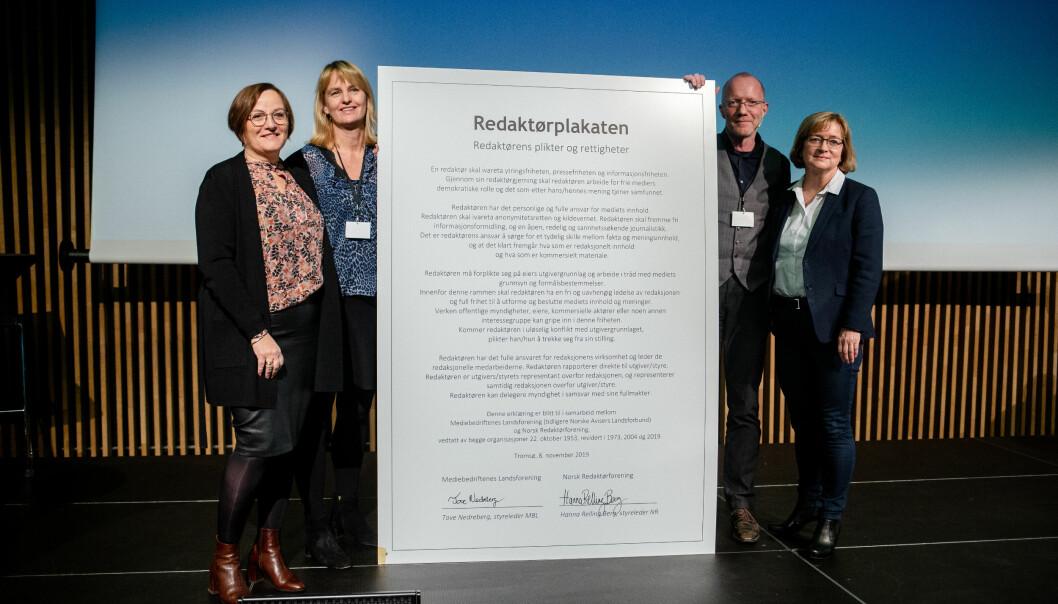 Tove Nedreberg (MBL), Randi Øgrey (MBL), Arne Jensen (NR) og Hanna Relling Berg (NR) står ved siden av storversjonen av den nye Redaktørplakaten. Styrelederne Nedreberg og Berg signerte mindre versjoner av plakaten etterpå. Foto: Eskil Wie Furunes