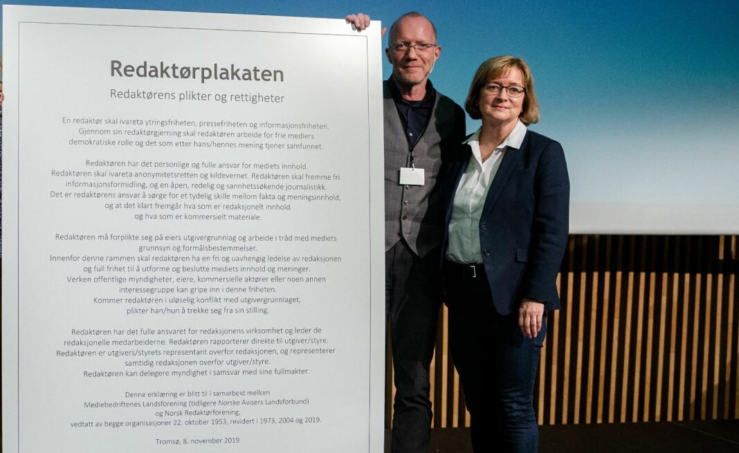 Arne Jensen og Hanna Relling Berg fra Norsk Redaktørforening med storversjonen av den reviderte Redaktørplakaten.