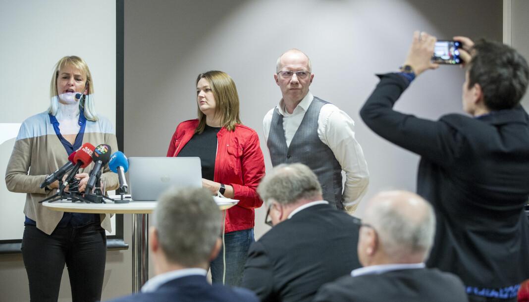 Her presenterer Randi Øgrey (Mediebedriftenes Landsforening), Hege Iren Frantzen (Norsk Journalistlag) og Arne Jensen (Norsk Redaktørforening) resultatene fra den forrige undersøkelsen om seksuell trakassering i mediebransjen. Foto: Erlend Daae / NTB scanpix