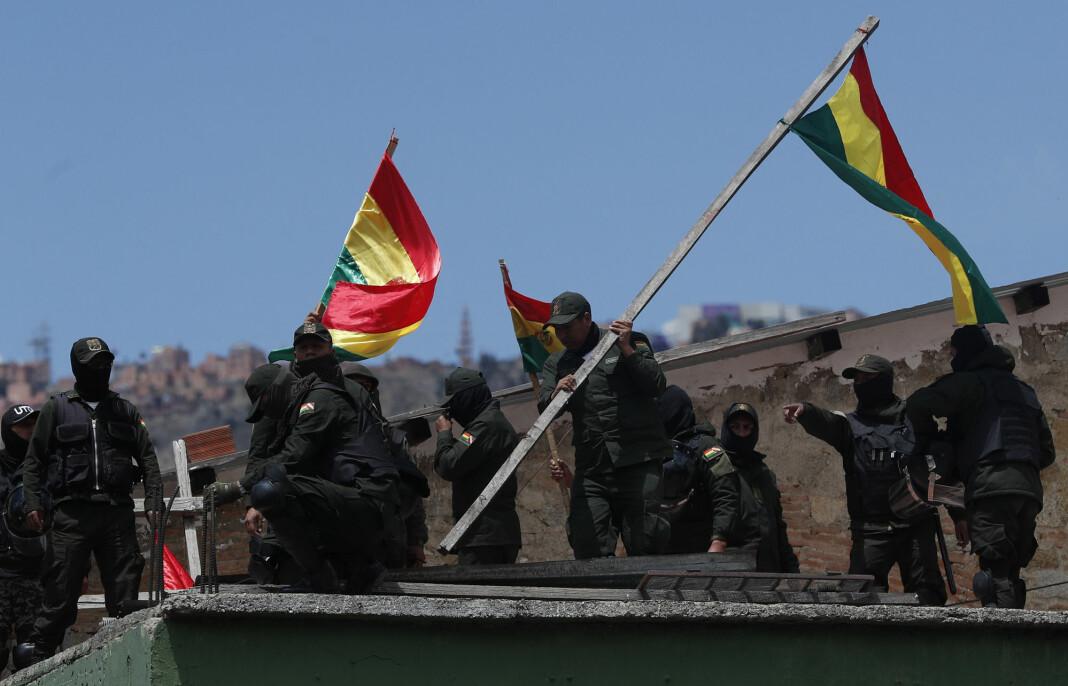 Politiet i flere byer i Bolivia forlot stasjonene sine og tok parti med demonstrantene mot den sittende president Evo Morales fredag. Presidenten har kalt handlingene starten på et statskupp. Foto: Juan Karita / AP / NTB scanpix
