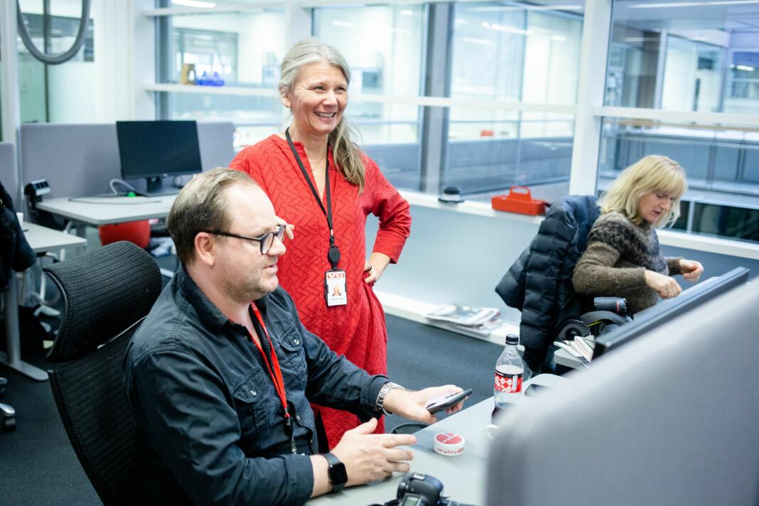 Fungerende fotosjef Annemor Larsen i VG leder 17 menn og to kvinner. – Ubalansen er uheldig, men jeg vil absolutt ikke si at vi er uheldige med de mennene vi har på fotoavdelinga i VG, sier hun. Her med Thomas Andreassen og Line Møller. Foto: Eskil Wie Furunes
