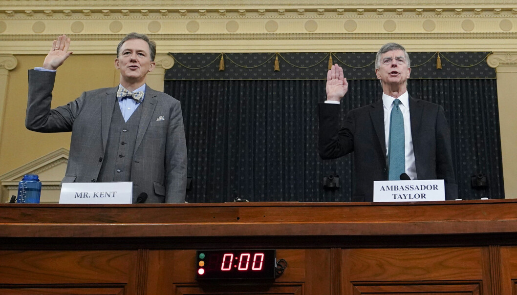 Statssekretær George Kent i utenriksdepartementet og Ukraina-ambassadør William Taylor forklarte seg i en åpen høring i forbindelse med riksrettsgranskningen mot president Donald Trump. Foto: Joshua Roberts / AP / NTB scanpix