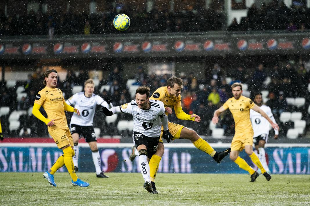 Bodø/Glimts Marius Lode rydder unna en corner rett foran Rosenborgs Mike Jensen. Foto: Ole Martin Wold / NTB scanpix