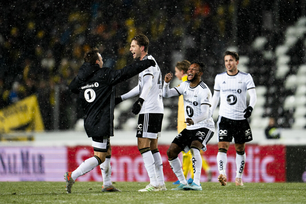 Rosenborgs Mike Jensen stormer ut på banen for å gratulere Rosenborgs Marius Lundemo etter kampen mellom Rosenborg og Bodø/Glimt på Lerkendal stadion (3-2). Rosenborgs Samuel Adegbenro bak. Foto: Ole Martin Wold / NTB scanpix