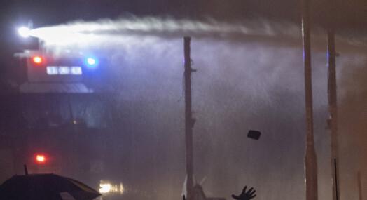Svensk fotograf beskutt med vannkanon: – Det brenner i huden