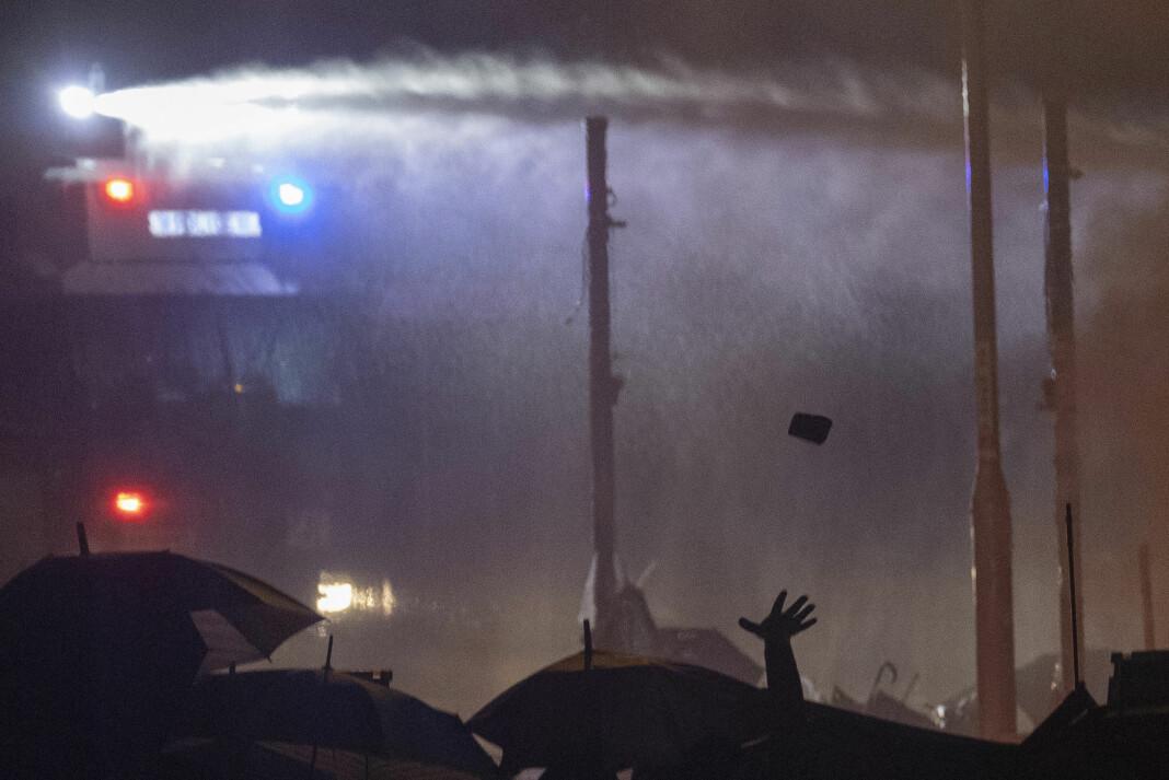 Fotografen til svenske Dagens Nyheter ble søndag beskutt med vannkanon i Hongkong. Dette bildet ble tatt i dag. Foto: Ng Han Guan / AP / NTB scanpix