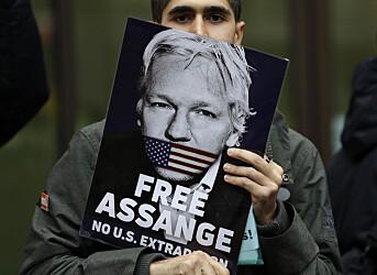 En av Julian Assanges støttespillere med en plakat av australieren.