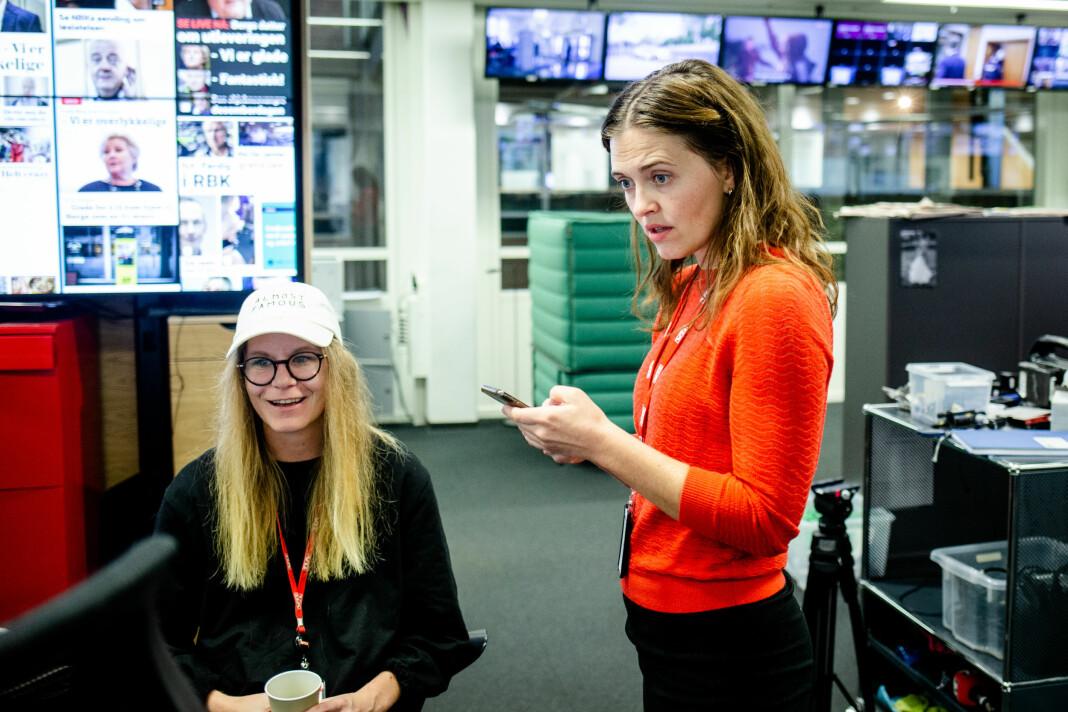 Nyhetsredaktør i VG Tora Bakke Håndlykken (t.h) sjekker temperaturen på nyhetsdesken, med blant andre Siri Eggen. Nyheten om Frode Bergs løslatelse er nylig sluppet like før vaktskiftet.