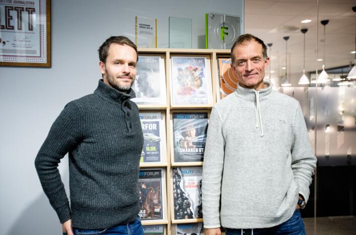 På- og avtroppende redaktør i Politiforum. Noen flere priser på hylla i bakgrunnen. Foto: Nils Martin Silvola