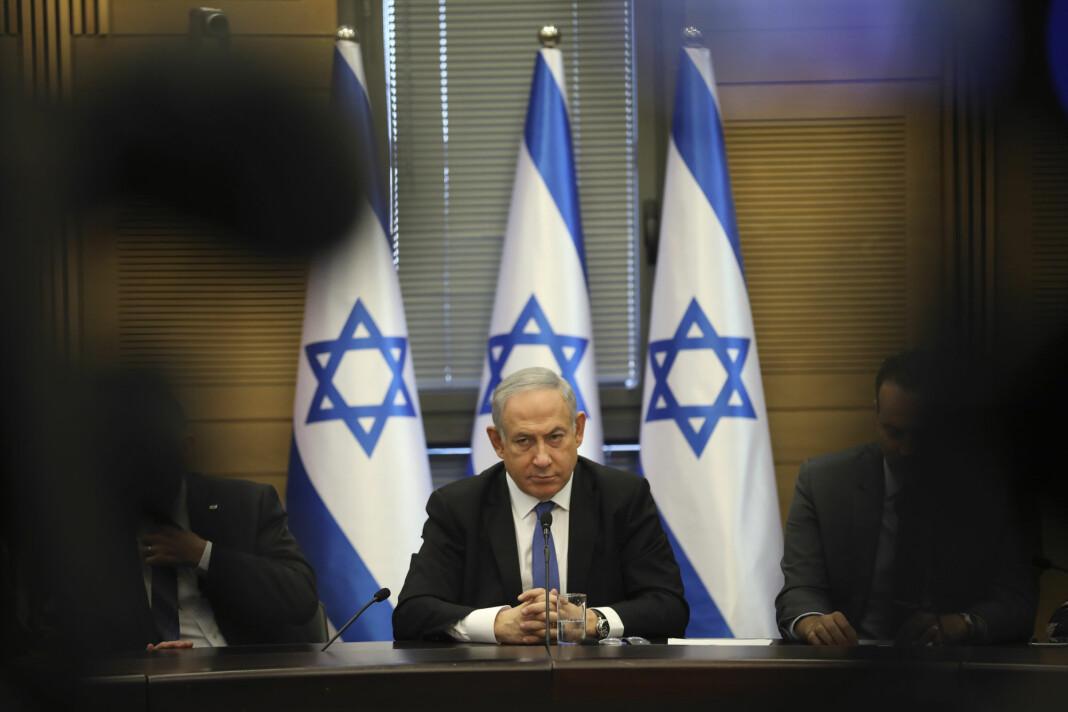 Israels statsminister Benjamin Netanyahu tiltales for økonomisk kriminalitet. Han skal blant annet ha betalt en avi. Foto: Oded Balilty / AP / NTB scanpix