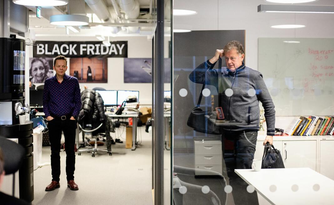 Ansvarlig redaktør Gunnar Stavrum forlater glassburet sitt i Nettavisens lokaler, mens journalist Morten Solli står ved kaffemaskinen like ved. Nå varsler den heldigitale avisen at de skal utvide bemanningen.