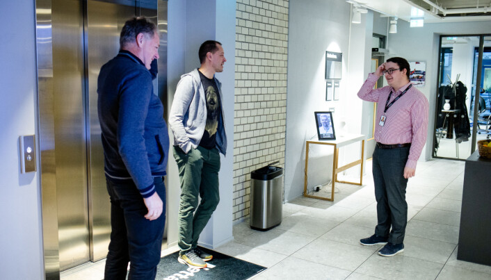 Skjortekledde Espen Teigen møter genserkledde redaktører ved heisen i Nettavisens lokaler.