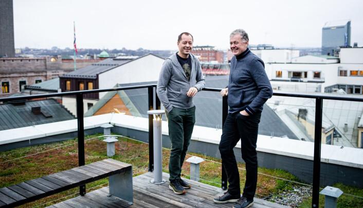 Nyhetsredaktør René Svendsen og ansvarlig redaktør Gunnar Stavrum på toppen av taket på Amedia-bygget i Akersgata.