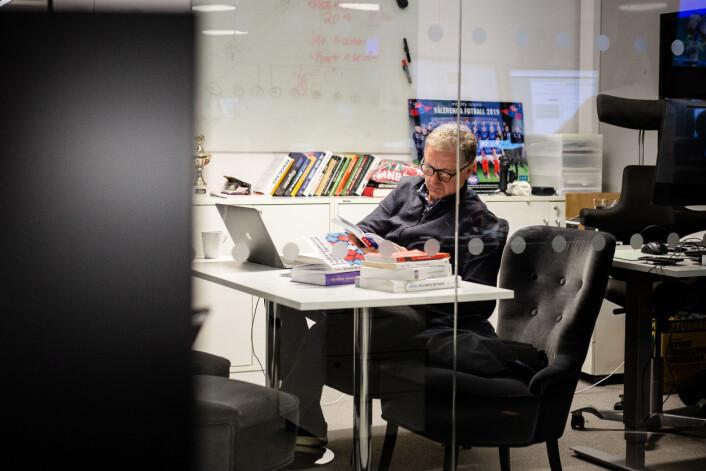 Gunnar Stavrum har kontoret sitt i et lite glassbur midt i redaksjonen, hvor alle kan se inn og være vitne til hva han gjør på jobb.
