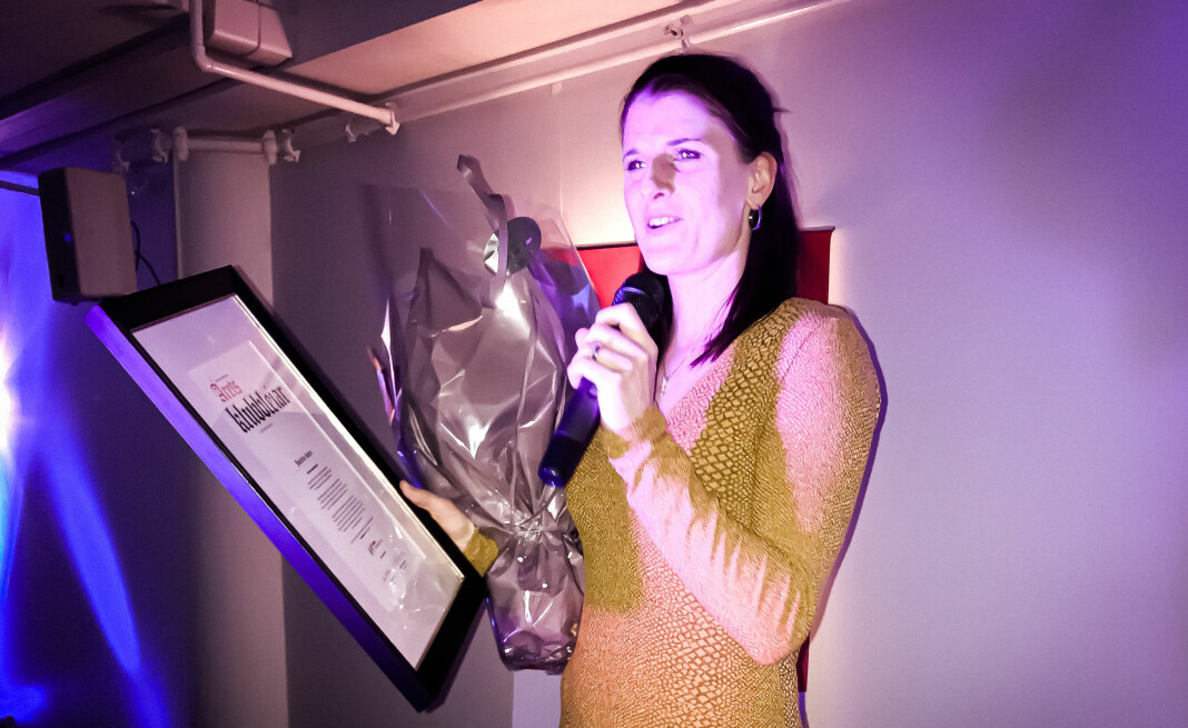 «Årets klubbleiar 2019» tar imot prisen under utdelingen tirsdag kveld. Foto: Privat