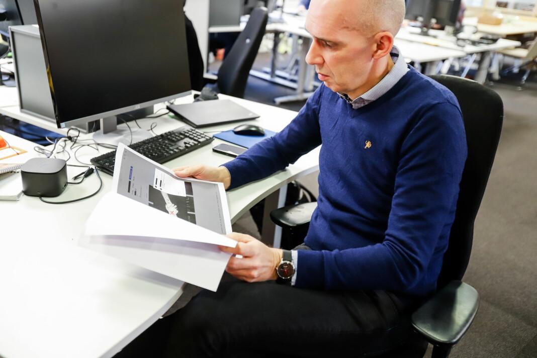 Redaktør Frank Gander ser over noen av innleggene NRK selv la ut på Instagram i arbeidet med «Trigger Warning».