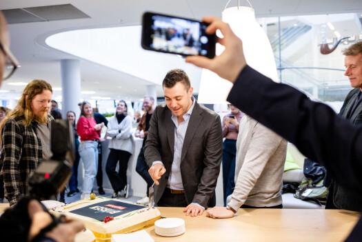 Børsen-leder Jan Thomas Holmlund skjærer første kakestykke.