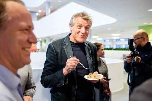 Aller Medias konsernsjef Dag Sørsdahl nyter kaken.