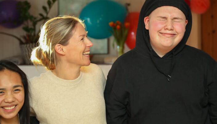 Helene med Coreene (18) og Dennis (17). Foto: Anders Leines / NRK