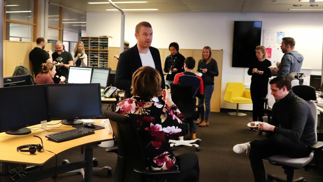 Kakespising på NRK Tyholt mandag, når digital utviklingsleder for NRK Region midt, Sigurd Steinum (midten), presenterer den nye digitale dybdedesken.