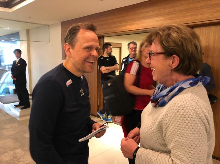 Mette Bugge snakker med Thorir Hergeirsson under håndball-VM i Japan, etter pressemøte på spillernes hotell.