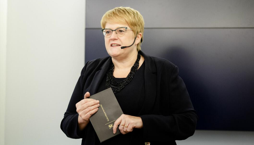 Kulturminister Trine Skei Grande fremmer forslag til ny medieansvarslov i statsråd fredag. Først diskuterte hun med pressestemmer. Foto: Eskil Wie Furunes