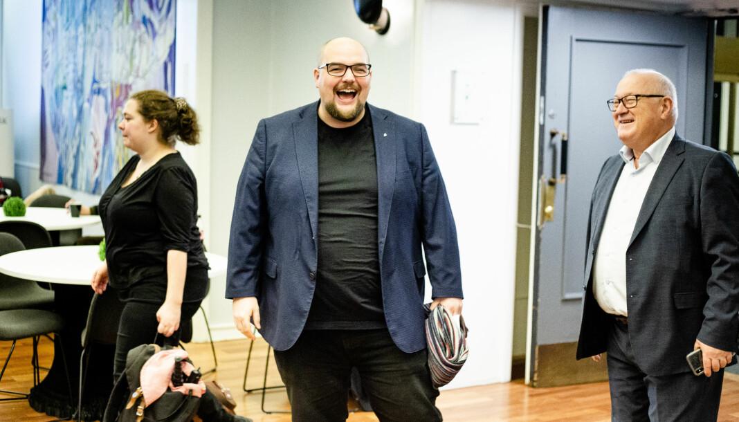 Ansvarlig redaktør Erik Waatland ler godt idet han ankommer sitt eget arrangement. Ved siden av: Medier24-journalist Eira Lie Jor og tidligere LLA-sjef Rune Hetland.